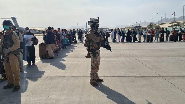 Эвакуация афганских граждан в самолет итальянский ВВС в Кабуле - Sputnik Česká republika