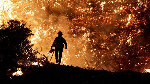 Пожарный во время пожара в Калифорнии, США - Sputnik Česká republika