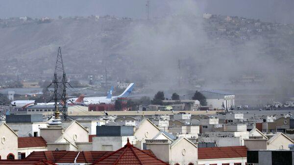 Дым от взрыва возле аэропорта в Кабуле, Афганистан - Sputnik Česká republika