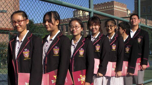 Китайские студенты готовятся к церемонии открытия кампуса Haileybury College в муниципалитете Тяньцзинь  - Sputnik Česká republika