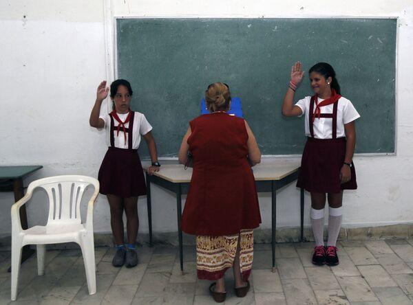 Žákyně vítají učitelku v Havaně na Kubě - Sputnik Česká republika