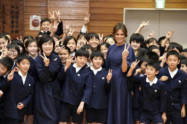 Melania Trump se studenty školy v Tokiu - Sputnik Česká republika