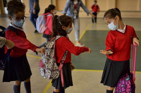 Žáci před vchodem do školy Luise Amiga ve španělské Pamploně - Sputnik Česká republika