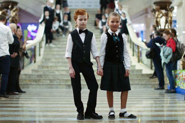 Дети демонстрируют образцы школьной формы в Москве - Sputnik Česká republika