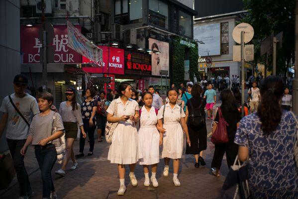 Školáci chodí po ulici v Hongkongu - Sputnik Česká republika