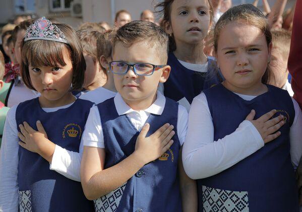 Дети во время празднования учебного года в школе Фердинанда I в Бухаресте, Румыния - Sputnik Česká republika