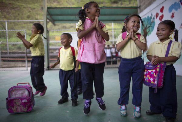 Děti skáčou a usmívají se během výuky ve škole v Caracasu ve Venezuele - Sputnik Česká republika