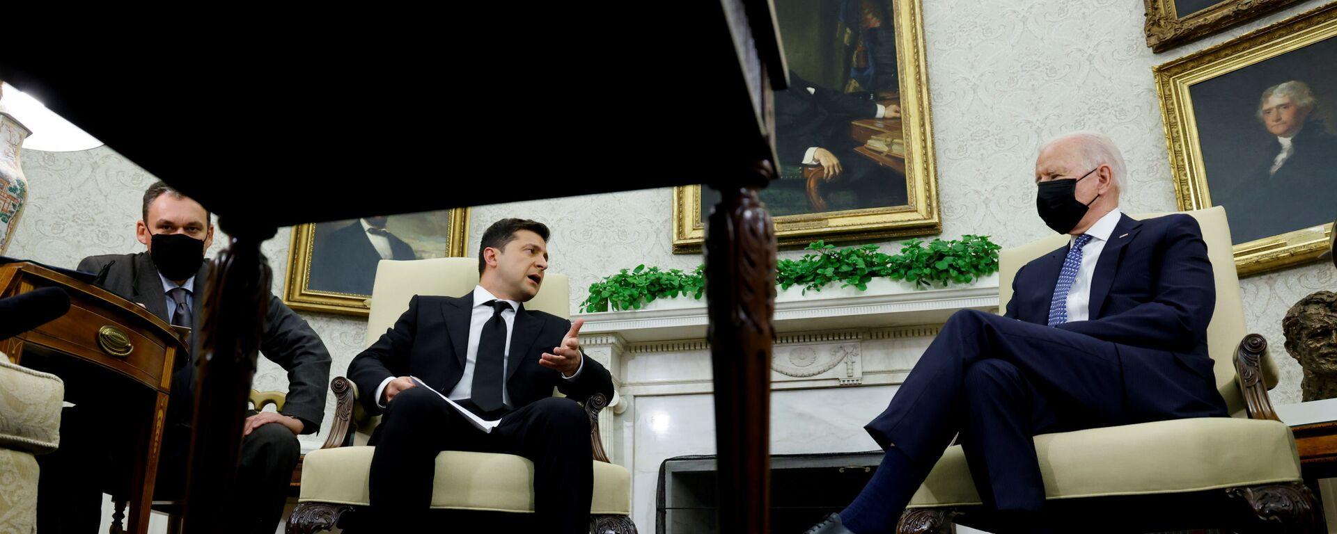 Ukrajinský prezident Volodymyr Zelenskyj s prezidentem USA Joem Bidenem - Sputnik Česká republika, 1920, 02.09.2021