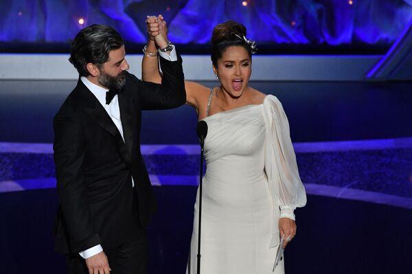 Oscar Isaac a Salma Hayek vystupují na jevišti na předávání Oscarů v roce 2020 - Sputnik Česká republika