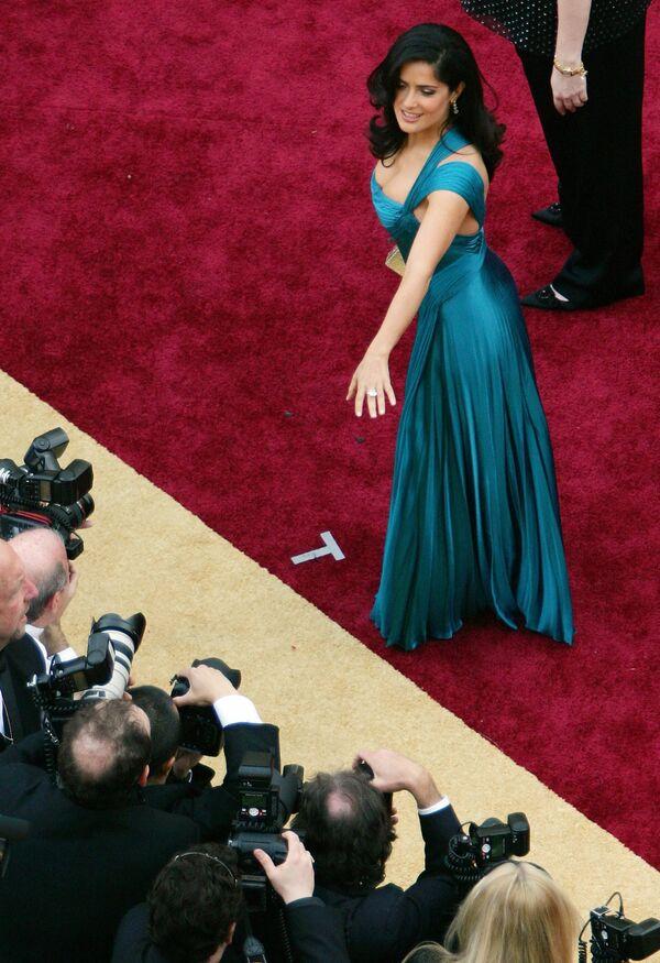 Herečka Salma Hayek na červeném koberci během předávání Oscarů v roce 2006 - Sputnik Česká republika