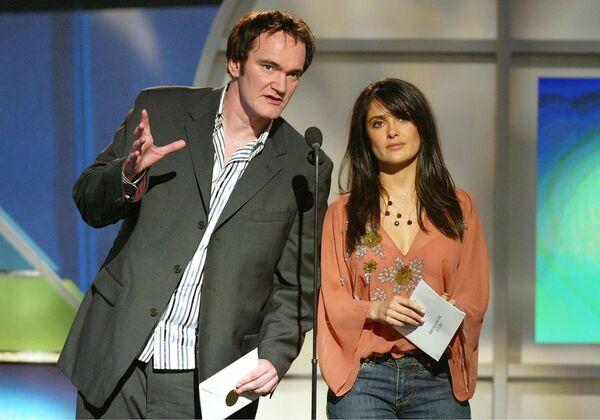 Režisér Quentin Tarantino a herečka Salma Hayek předávají cenu na festivalu v  Santa Monica 2005 - Sputnik Česká republika