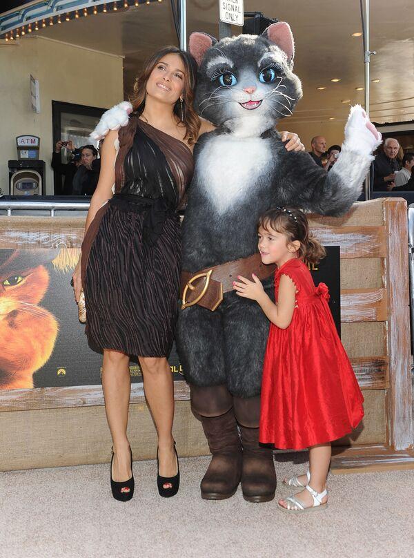 Актриса Сальма Хайек с дочерью Валентиной Палома Пино на премьере фильма «Кот в сапогах», 2011 год - Sputnik Česká republika