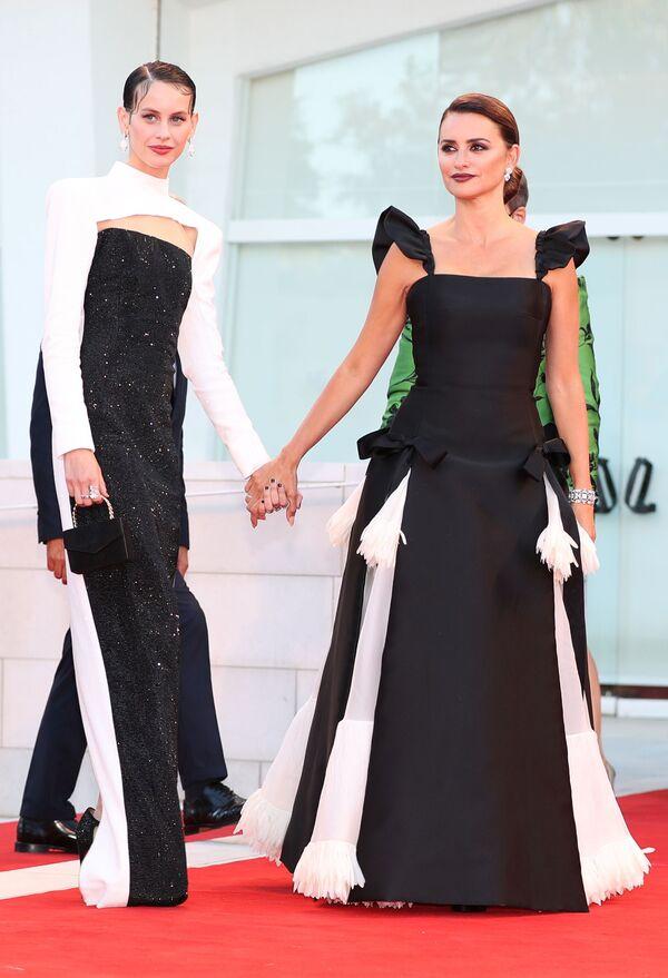 Španělské herečky Milena Smith a Penélope Cruzová na červeném koberci Mezinárodního filmového festivalu v Benátkách - Sputnik Česká republika