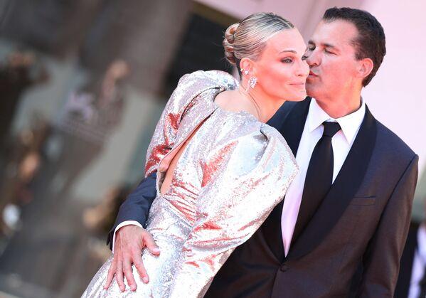 Herečka Molly Sims a její manžel, producent Scott Stuber na červeném koberci na premiéře filmu Síla psa (The Power of the Dog) na 78. mezinárodním filmovém festivalu v Benátkách - Sputnik Česká republika