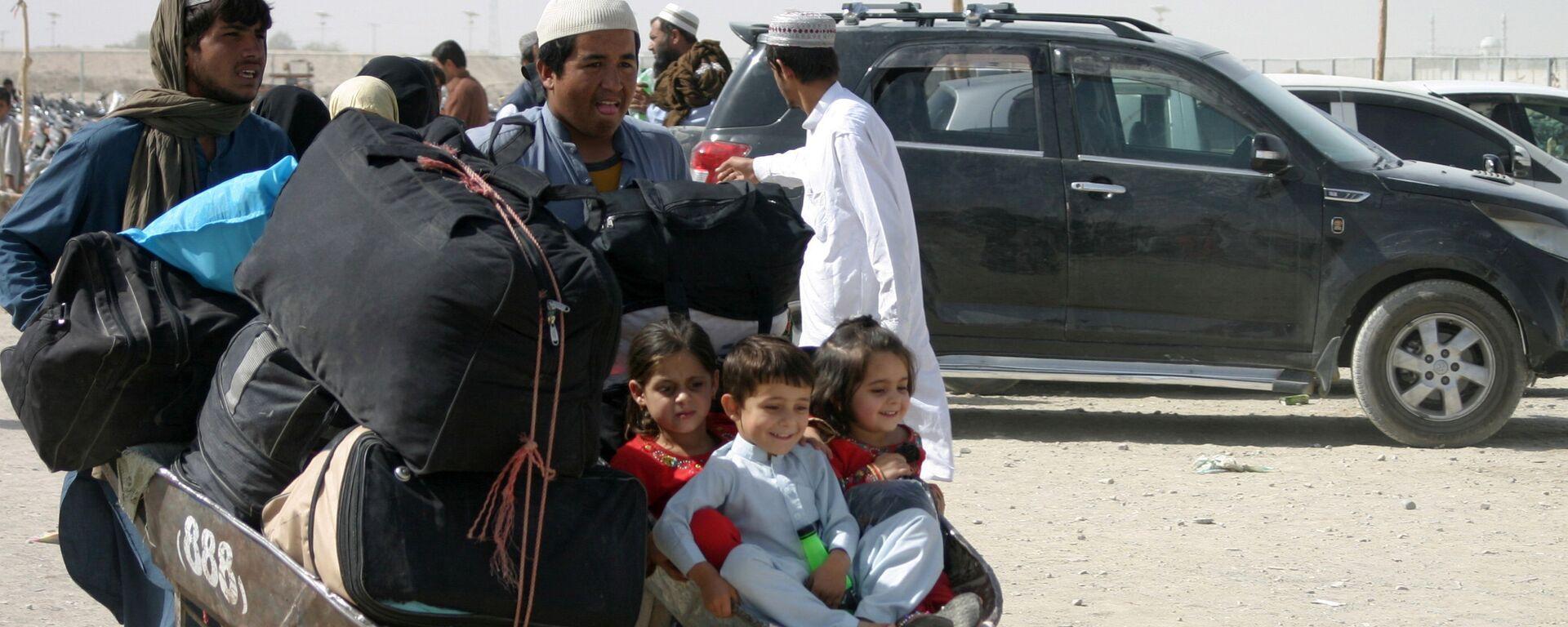 Afghánská rodina s věcmi na kontrolním stanovišti Brána přátelství v pákistánsko-afghánském pohraničním městě Chaman, Pákistán - Sputnik Česká republika, 1920, 03.09.2021