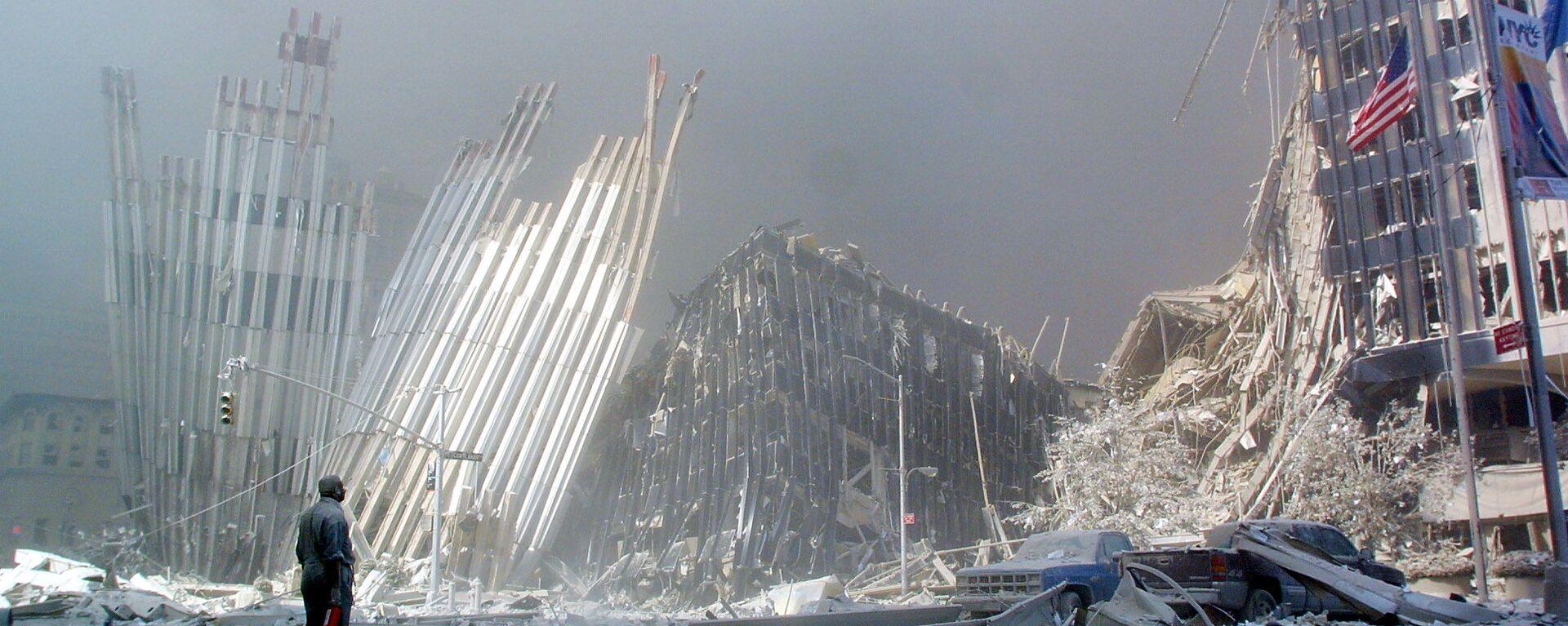 Человек на руинах после крушения первой башни Всемирного торгового центра 11 сентября 2001 года в Нью-Йорке. - Sputnik Česká republika, 1920, 11.09.2021