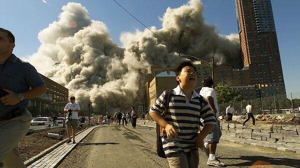 Люди бегут прочь от Всемирного торгового центра после того, как он подвергся атаке 11 сентября 2001 года - Sputnik Česká republika