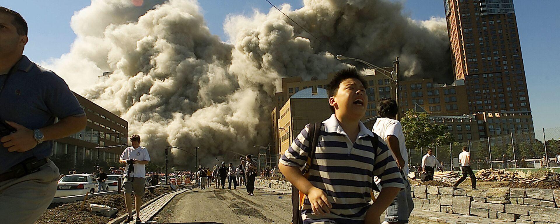Люди бегут прочь от Всемирного торгового центра после того, как он подвергся атаке 11 сентября 2001 года - Sputnik Česká republika, 1920, 04.09.2021