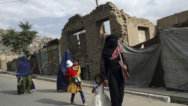Афганские женщины и девочки на одной из улиц Кабула - Sputnik Česká republika