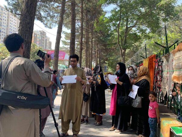 """""""Vzdělání, práce, svoboda – na cestě k prosperitě,"""" skandovaly účastnice demonstrace a vyzvaly k respektování ženských práv na vzdělání, práci a svobodu slova - Sputnik Česká republika"""