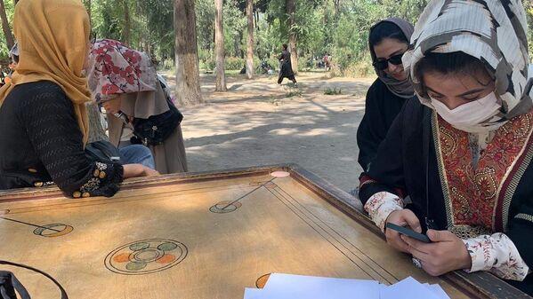 Podle ochránců lidských práv OSN je situace s právy afghánských žen v současné době extrémně obtížná. Jsou bity na ulici, mají zákaz chodit do škol a bývají často unášeny - Sputnik Česká republika