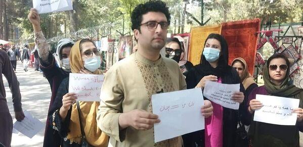 Ve čtvrtek byla hlášena podobná demonstrace ženských aktivistek v afghánském Herátu. I na ní ženy požadovaly respektování svých práv a zapojení žen do budoucí vlády země - Sputnik Česká republika