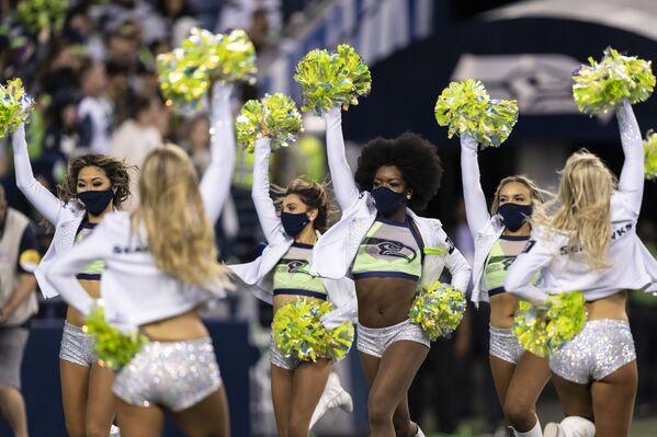 Roztleskávačky během time-outu ve fotbalovém zápase NFL mezi Los Angeles Chargers a Seattle Seahawks v Seattlu, USA - Sputnik Česká republika