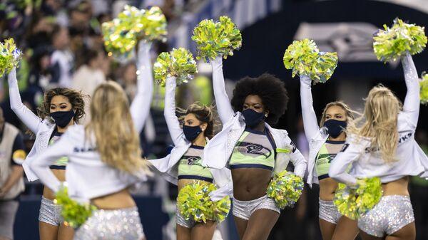 Чирлидеры во время тайм-аута футбольного матча НФЛ между командами Los Angeles Chargers и Seattle Seahawks в Сиэтле - Sputnik Česká republika