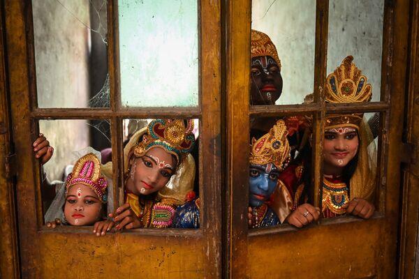Umělci čekají na své vystoupení na festivalu Janmashtami věnovaném narození Krišny v Indii - Sputnik Česká republika