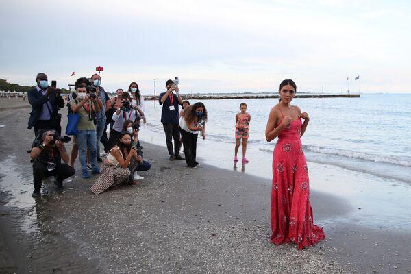 Herečka Serena Rossi během focení na pláži v italských Benátkách - Sputnik Česká republika