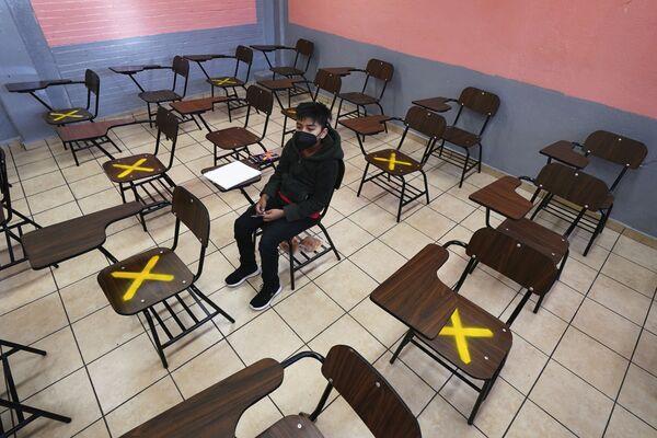 Žák během individuální výuky ve škole v Iztacalco, Mexiko - Sputnik Česká republika