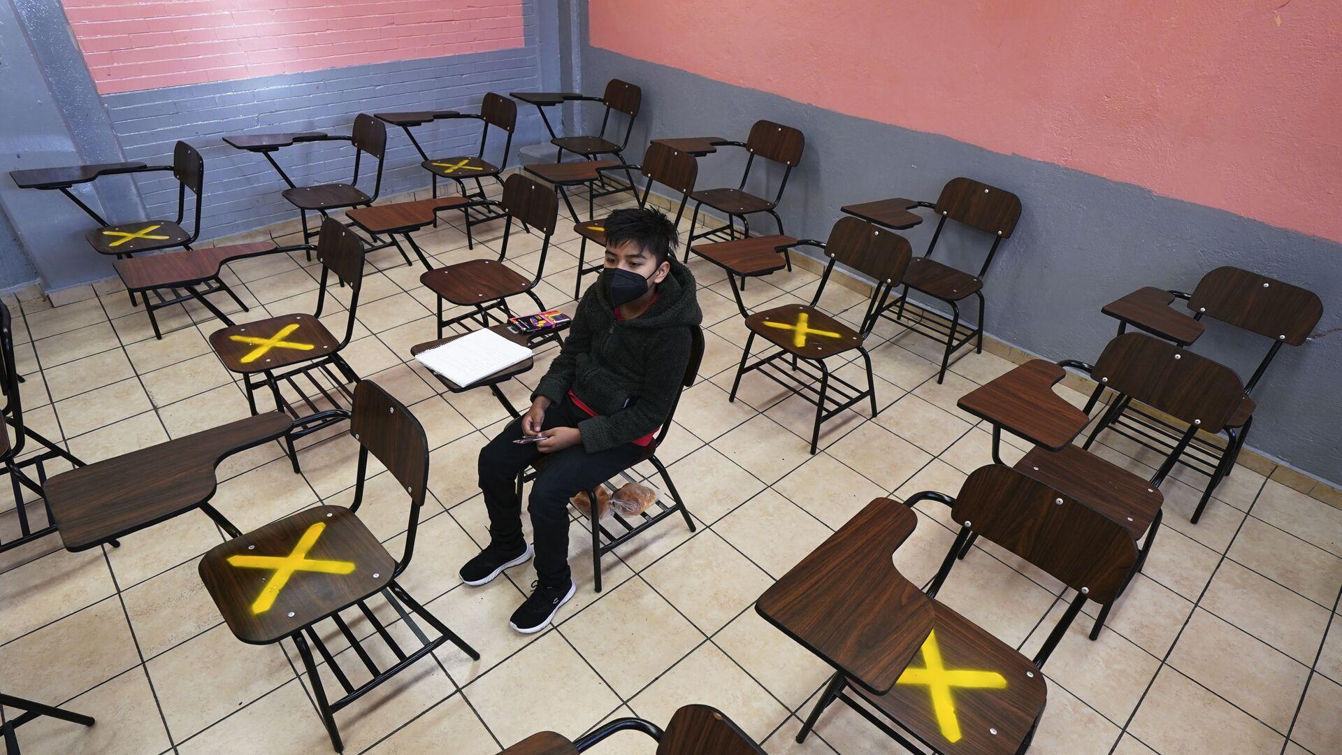 Žák během individuální výuky ve škole v Iztacalco, Mexiko - Sputnik Česká republika, 1920, 22.09.2021