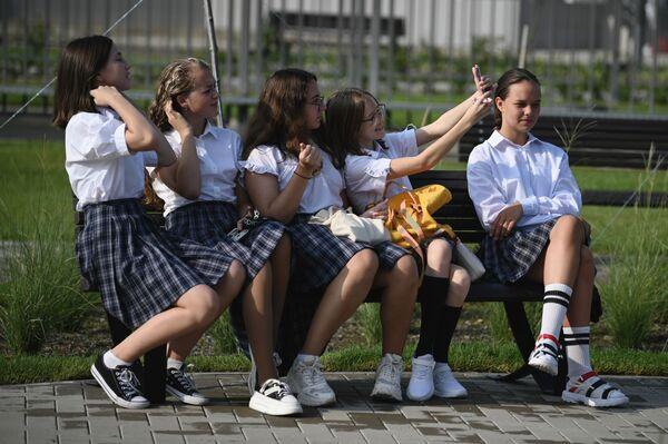 Školačky před slavnostním zahájením školního roku v novém vzdělávacím komplexu Sirius v Soči, Rusko - Sputnik Česká republika