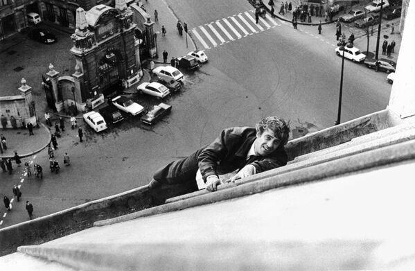 Jean-Paul Belmondo na pařížské střeše během natáčení filmu Strach nad městem v roce 1975 - Sputnik Česká republika