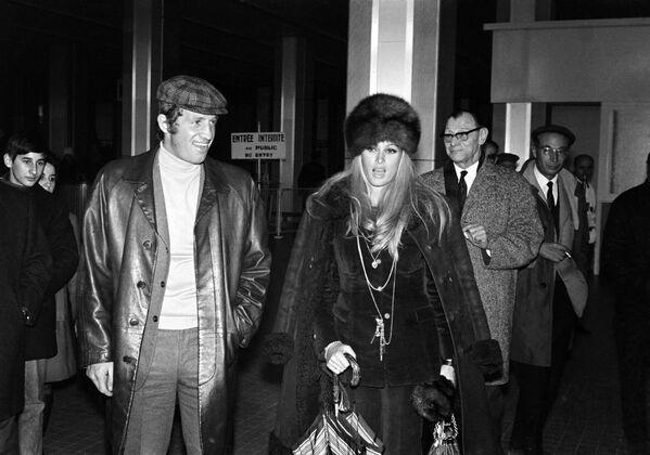 Jean-Paul Belmondo a Ursula Andressová přistávají na letišti v Nice v roce 1968 - Sputnik Česká republika