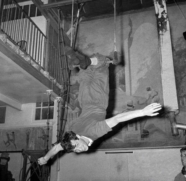 Herec Jean-Paul Belmondo trénuje na hrazdě - Sputnik Česká republika