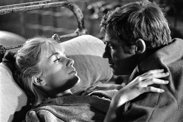 Jean Paul Belmondo a Catherine Spaaková ve filmu Víkend na Zuydcoote v roce 1964 - Sputnik Česká republika