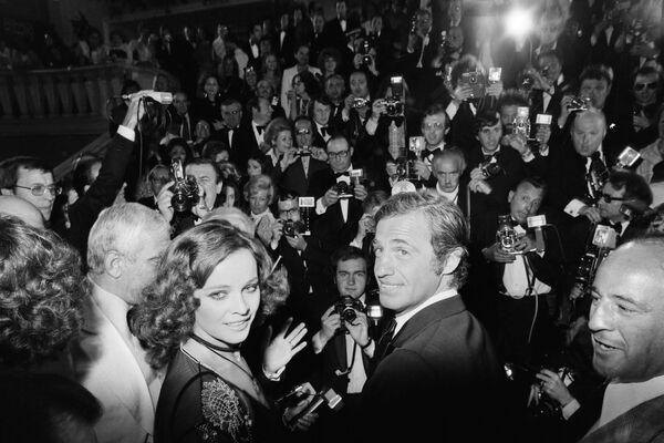 Francouzský herec Jean-Paul Belmondo a italská herečka Laura Antonelli na promítání filmu Stavisky v roce 1974 - Sputnik Česká republika