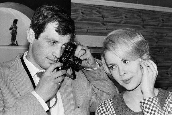 Jean-Paul Belmondo fotografuje americkou herečku Jean Sebergovou v Billancourt Studios v roce 1964 - Sputnik Česká republika