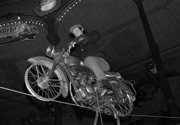 Jean-Paul Belmondo nacvičuje své vystoupení na motocyklu na Cirque Medrano v Paříži v roce 1963 - Sputnik Česká republika