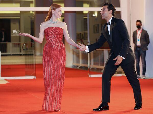 Americká herečka Jessica Chastainová a herec Oscar Isaac na červeném koberci - Sputnik Česká republika