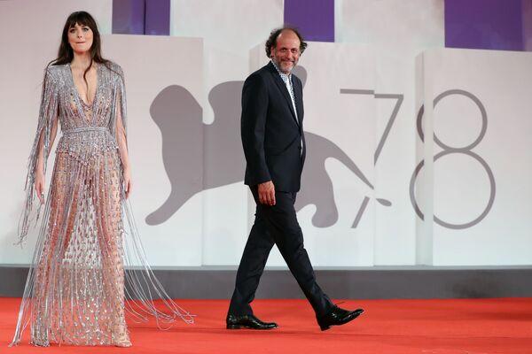 Americká herečka Dakota Johnsonová a italský režisér Luca Guadagnino na červeném koberci - Sputnik Česká republika