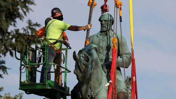 Статую генерала-конфедерата Роберта Ли демонтируют в Шарлоттсвилле, США - Sputnik Česká republika