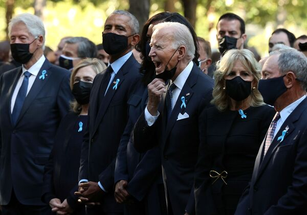 Prezident USA Joe Biden po boku své manželky Jill a svých předchůdců Baracka Obamy a Billa Clintona na vzpomínkové akci k 20. výročí teroristických útoků v New Yorku (11. září). - Sputnik Česká republika