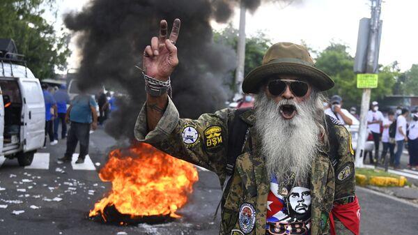 Мужчина протестует в Сан-Сальвадоре - Sputnik Česká republika