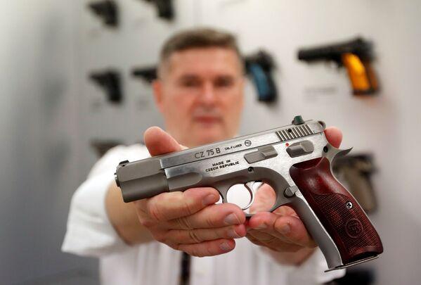 Zaměstnanec celosvětově známé zbrojní továrny v Uherském Brodě ukazuje jeden z modelů vyrobené zbraně. - Sputnik Česká republika