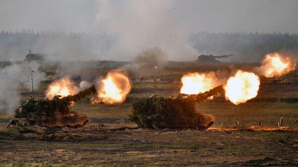 Самоходные артиллерийские установки (САУ) во время основного этапа учений Запад-2021 на полигоне Мулино в Нижегородской области - Sputnik Česká republika