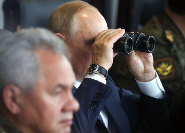 Ruský prezident Vladimir Putin během hlavní fáze cvičení Západ 2021 na cvičišti Mulino - Sputnik Česká republika