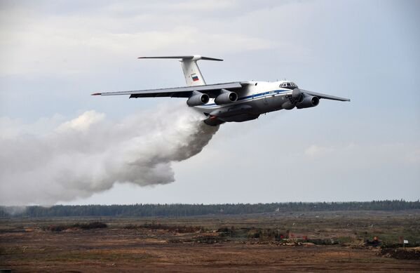 Letoun Il-76TD vypouští vodu během hlavní fáze cvičení Západ 2021 na cvičišti Mulino - Sputnik Česká republika