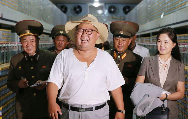 Kim Čong-un si prohlíží továrnu na nakládané okurky v Severní Koreji - Sputnik Česká republika